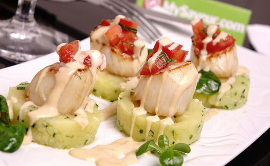 SCALLOPS FLAMBED WITH RUM, CRUSHED POTATOES AND TOMATO CHUTNEY